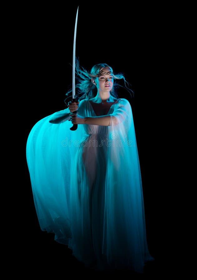 Muchacha de Elven con la espada imagen de archivo libre de regalías