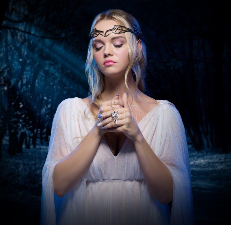 Muchacha de Elven en el bosque de la noche fotos de archivo libres de regalías