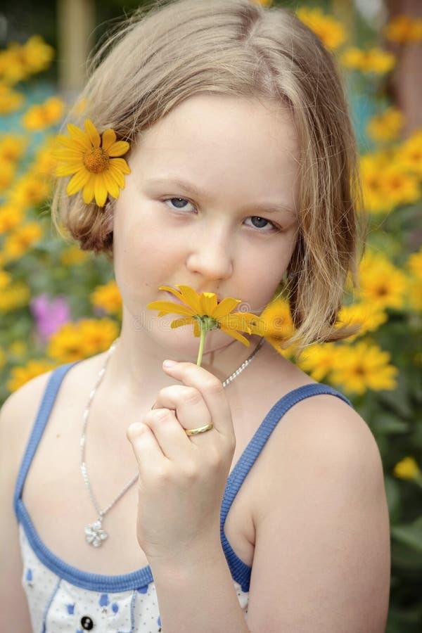 Muchacha de flor imagen de archivo