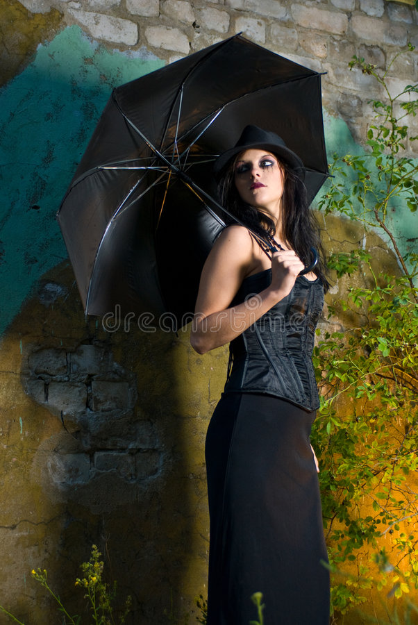 Muchacha de Goth con el paraguas fotografía de archivo