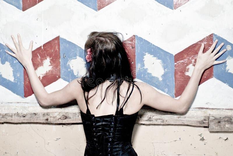 Muchacha de Goth en la pared imagenes de archivo