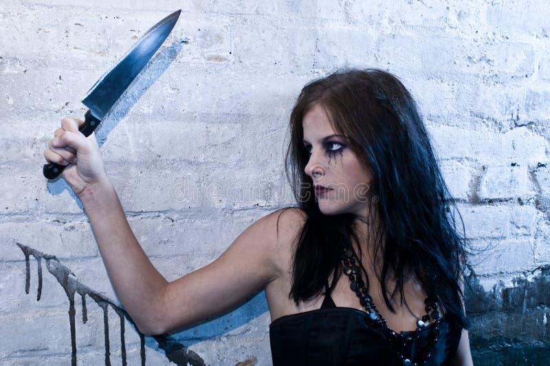 Muchacha de Goth que sostiene un cuchillo imagen de archivo