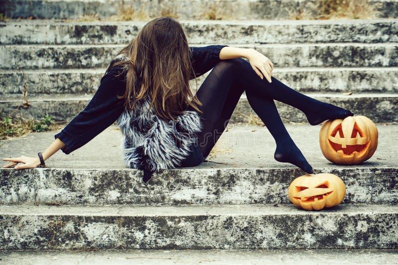 Muchacha de Halloween con la calabaza foto de archivo libre de regalías