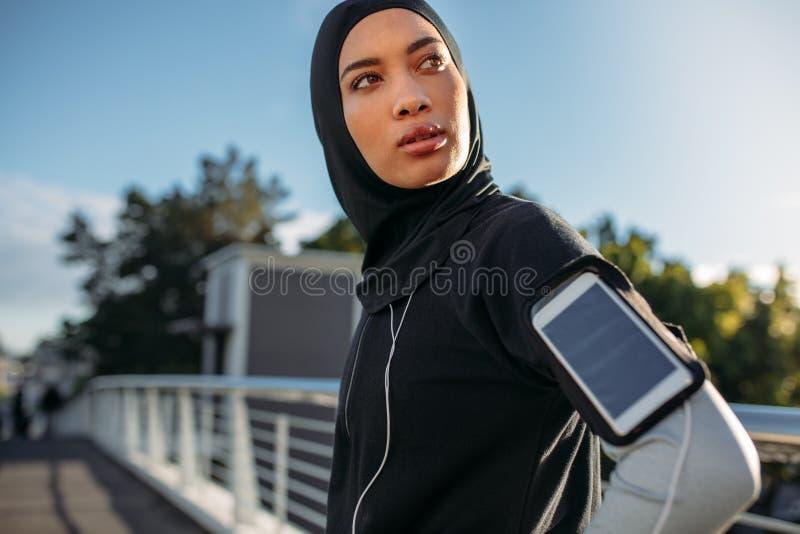 Muchacha de Hijab que toma una rotura después de entrenamiento en ciudad imagen de archivo