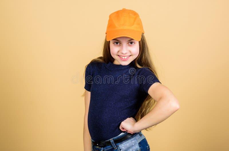 Muchacha de Hip Hop Ni?o de moda de la muchacha Peque?a muchacha con mirada de la moda Ni?a con el pelo rubio largo en la moda ca fotografía de archivo