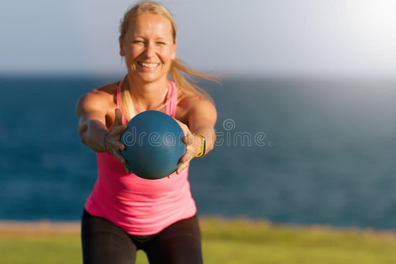 Muchacha de la aptitud los ejercicios con la bola imágenes de archivo libres de regalías