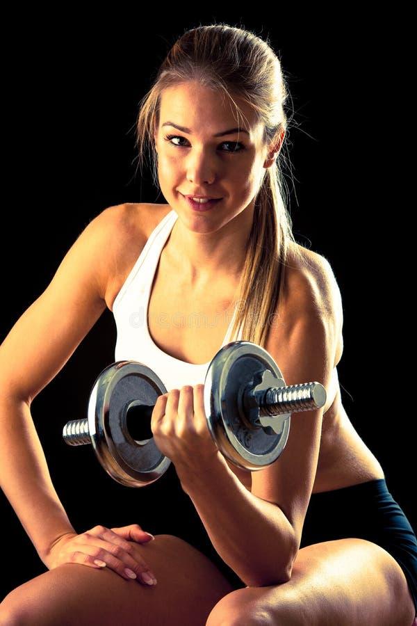 Muchacha de la aptitud - mujer joven atractiva que se resuelve con pesas de gimnasia imágenes de archivo libres de regalías