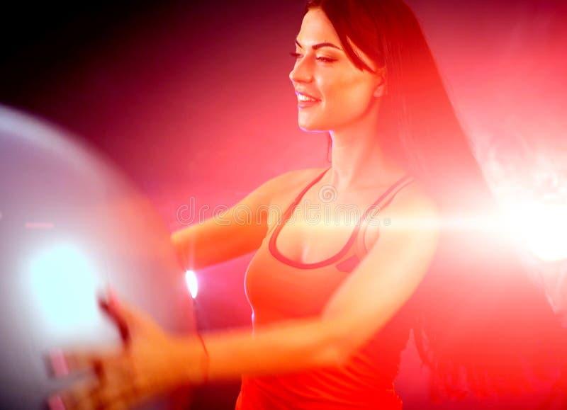 Muchacha de la aptitud que ejercita en gimnasio con aeróbicos del fitball foto de archivo libre de regalías