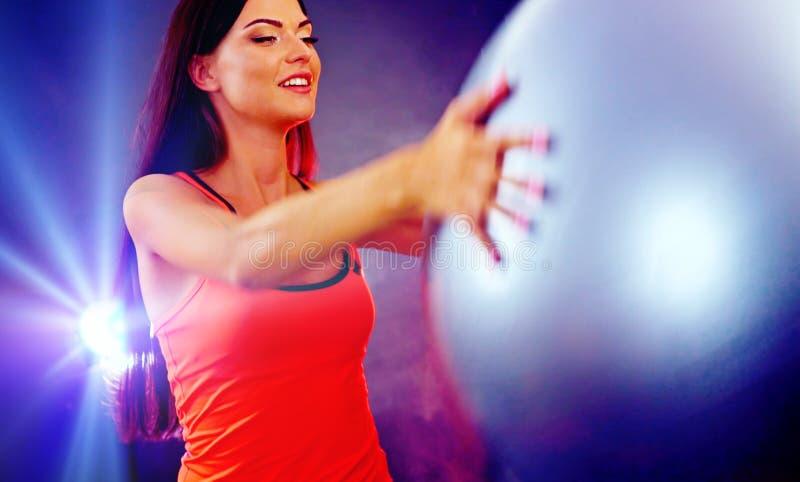 Muchacha de la aptitud que ejercita en gimnasio con el fitball fotografía de archivo libre de regalías