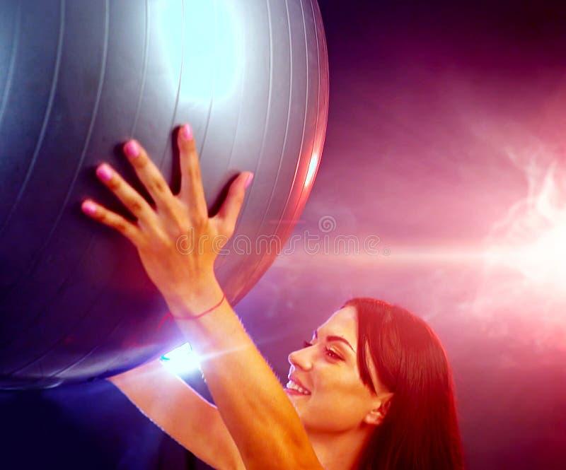 Muchacha de la aptitud que ejercita en gimnasio con el fitball imágenes de archivo libres de regalías