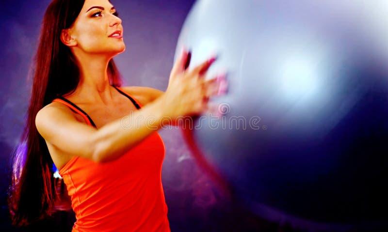 Muchacha de la aptitud que ejercita en gimnasio con el fitball imagenes de archivo