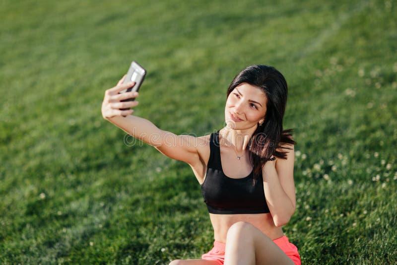 Muchacha de la aptitud que hace un selfie imagen de archivo libre de regalías
