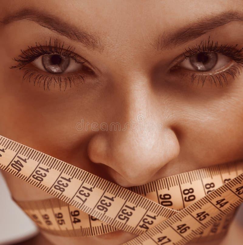 Muchacha de la belleza con la cinta de la medida, concepto de la dieta fotos de archivo