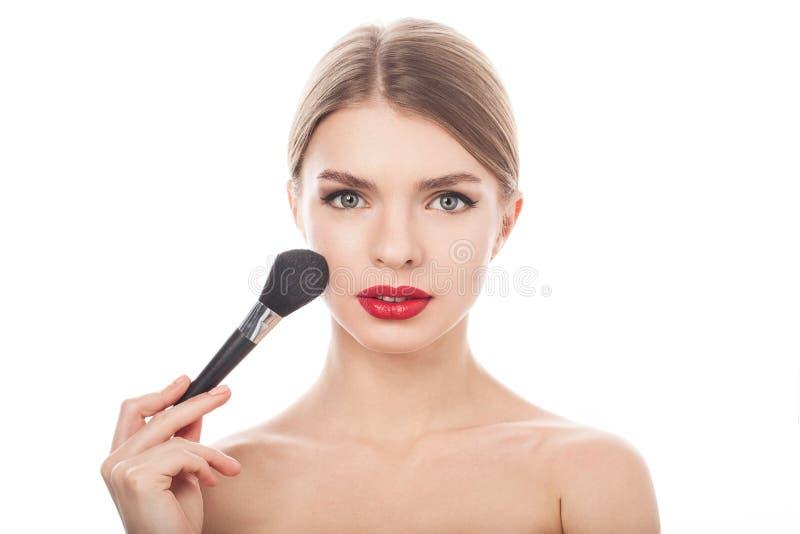 Muchacha de la belleza con el cepillo del maquillaje Cara hermosa makeover fotografía de archivo