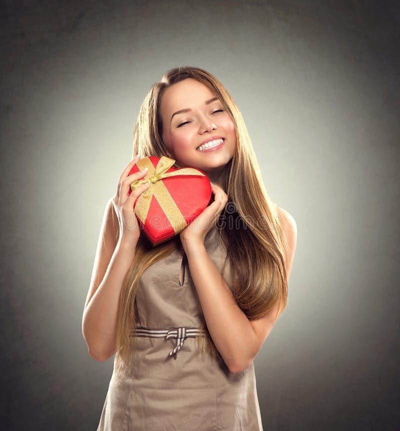 Muchacha de la belleza con el regalo de la tarjeta del día de San Valentín imágenes de archivo libres de regalías
