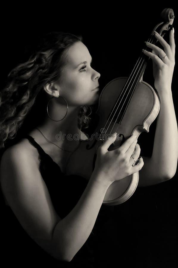 Muchacha de la belleza con el violín imagen de archivo libre de regalías