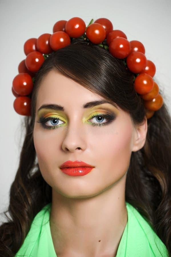 Muchacha de la belleza con estilo de pelo de verduras Mujer joven feliz hermosa con las verduras en su cabeza Concepto sano de la foto de archivo