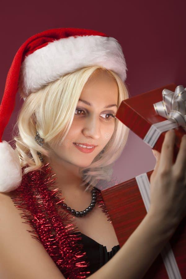 Muchacha de la belleza con la caja de regalo roja foto de archivo libre de regalías