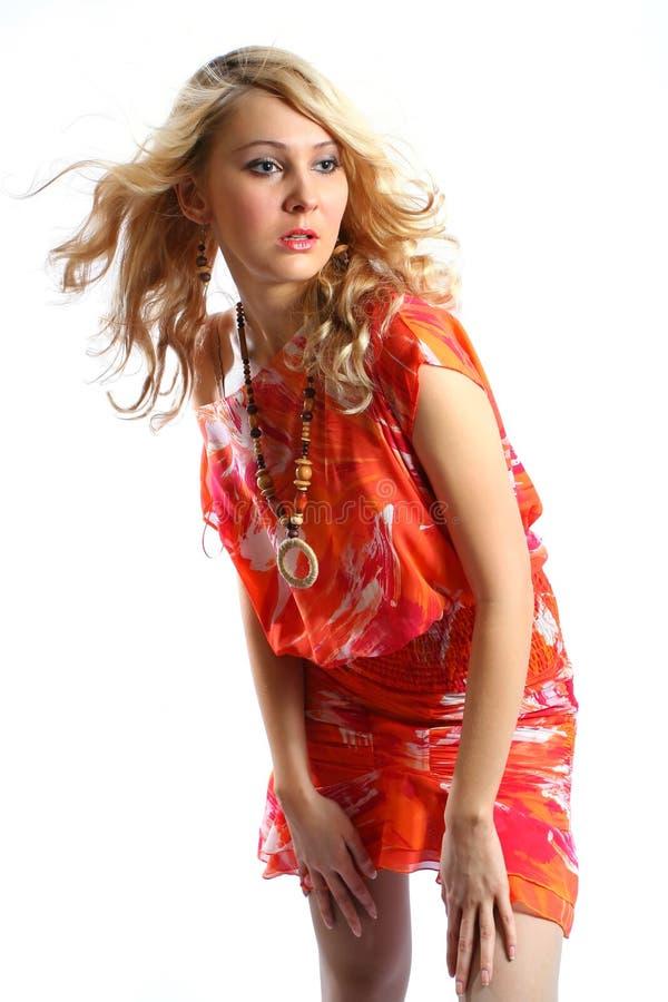 Muchacha de la belleza en alineada anaranjada imagen de archivo libre de regalías