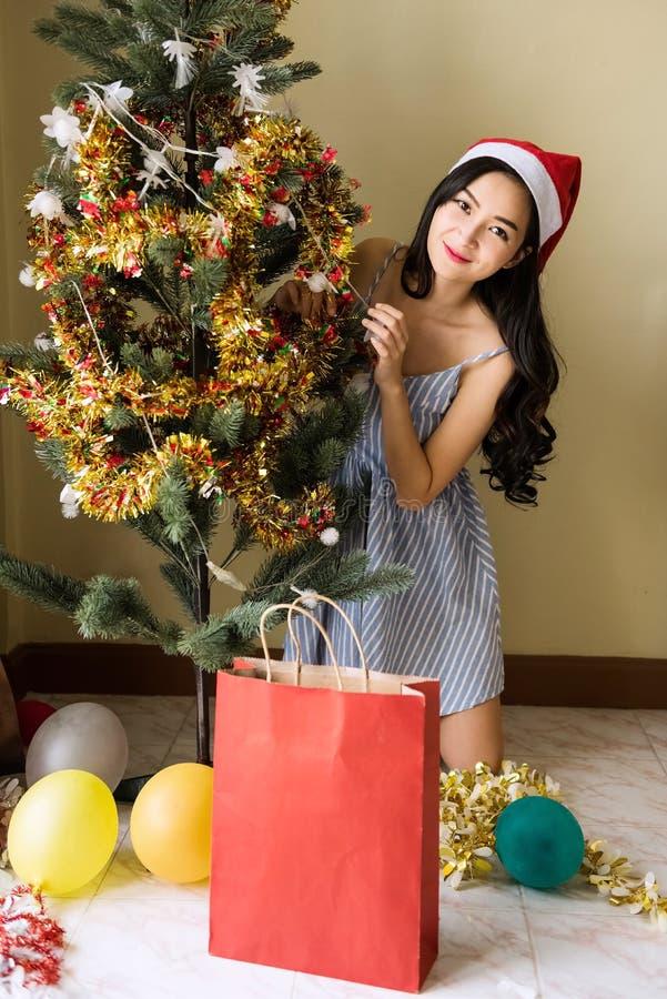Muchacha de la belleza en tema de la Navidad fotografía de archivo