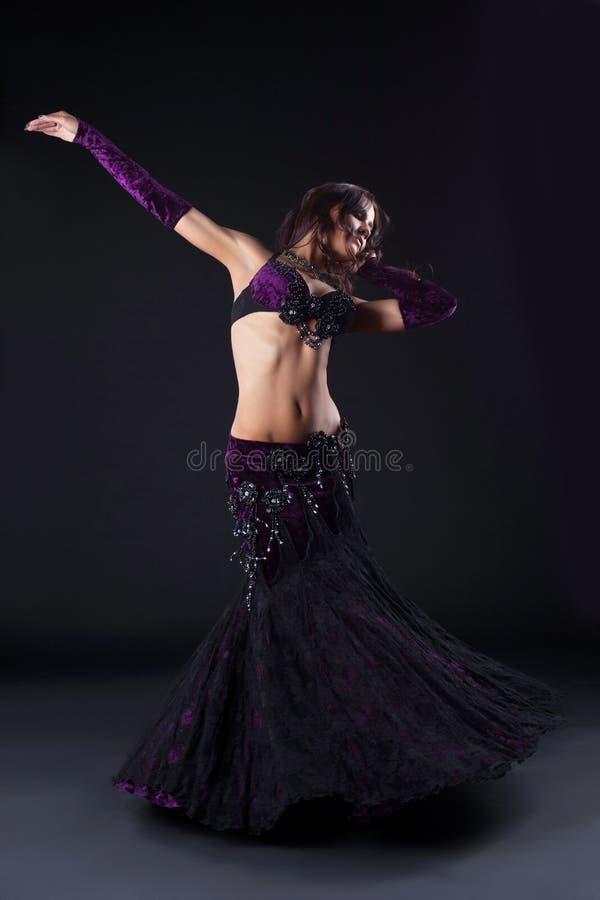 Muchacha de la belleza en traje árabe púrpura oriental fotografía de archivo