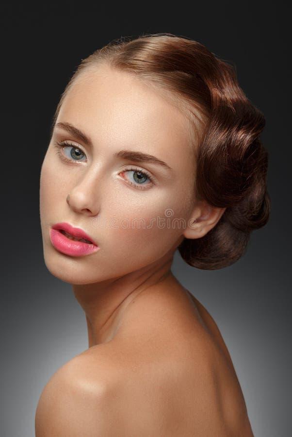 Muchacha de la belleza Retrato de la mujer joven hermosa que mira la cámara foto de archivo libre de regalías
