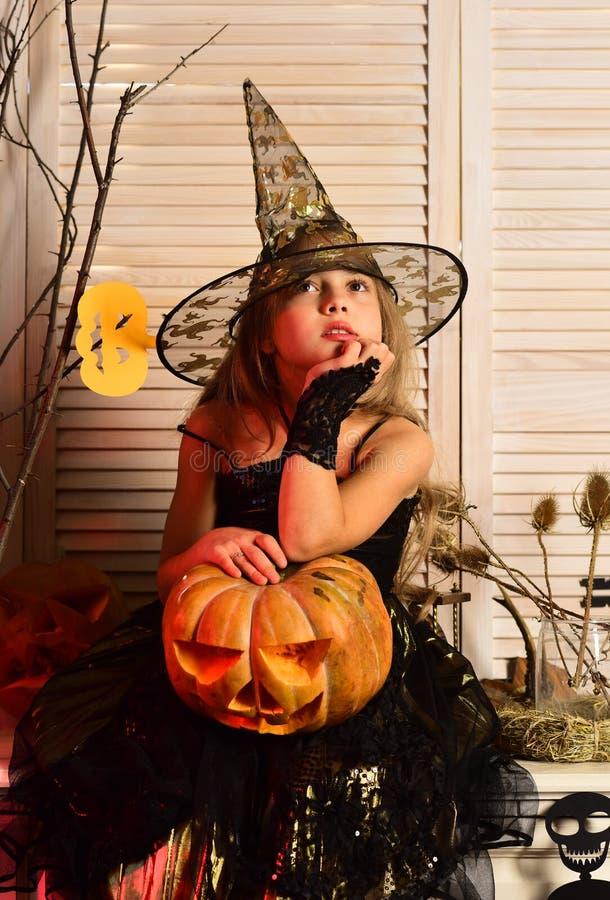Muchacha de la bruja con la linterna tallada del enchufe o imágenes de archivo libres de regalías