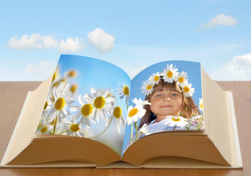 Muchacha de la cadena de margaritas en libro imagen de archivo