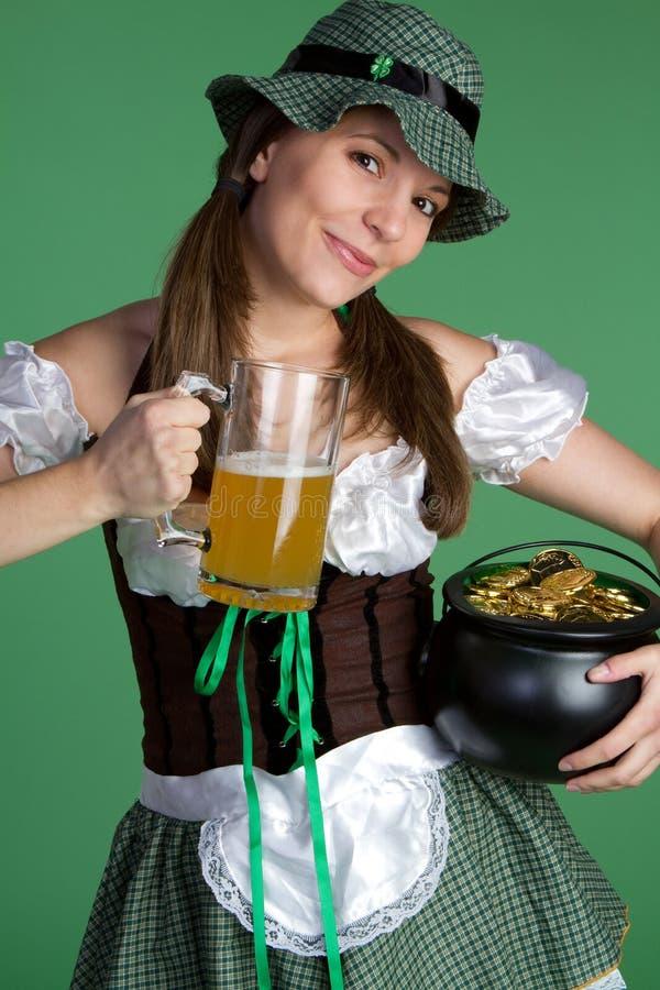 Muchacha de la cerveza fotografía de archivo