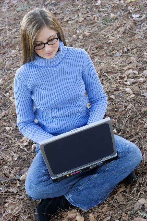 Muchacha de la computadora portátil fotos de archivo