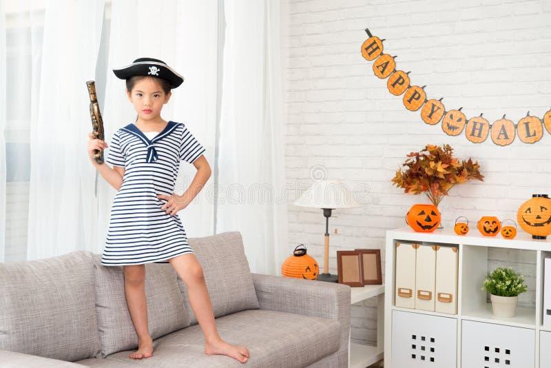 Muchacha de la confianza que sostiene una pistola del juguete del pirata foto de archivo libre de regalías