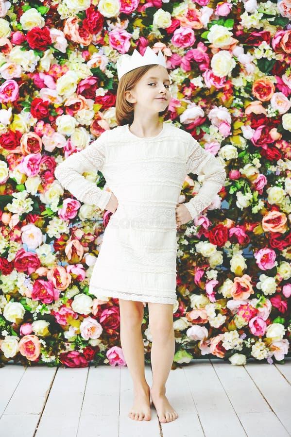 Muchacha de la edad del preadolescente de la belleza en la corona blanca imagen de archivo libre de regalías
