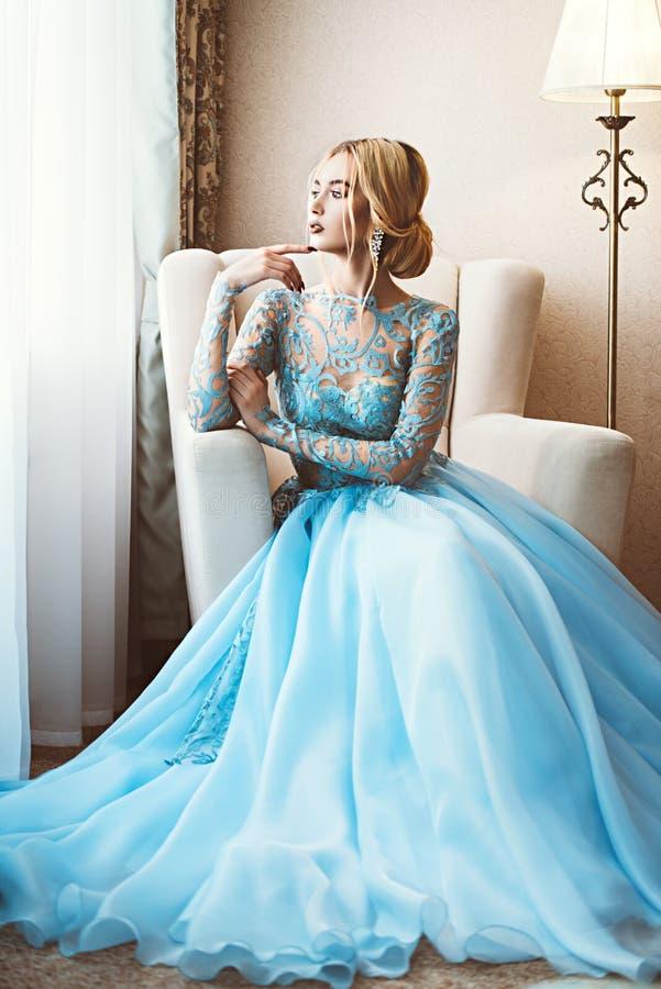 Muchacha de la encantadora en azul foto de archivo