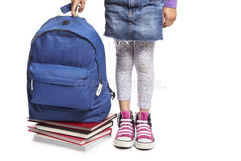 Muchacha de la escuela con los libros y el morral fotos de archivo