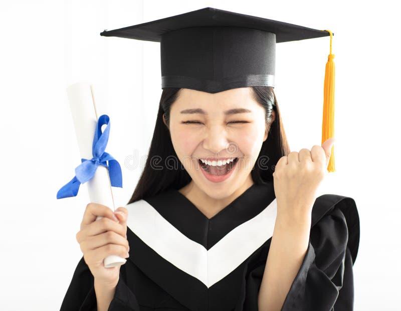 Muchacha de la graduación en la celebración del casquillo y del vestido imágenes de archivo libres de regalías