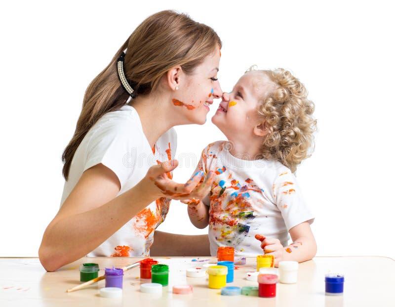 Muchacha de la madre y del niño que pinta junto fotos de archivo