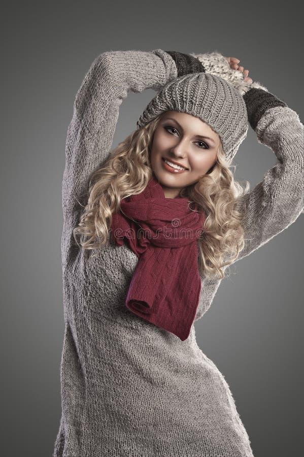 Muchacha de la manera del invierno en lanas grises imagen de archivo libre de regalías