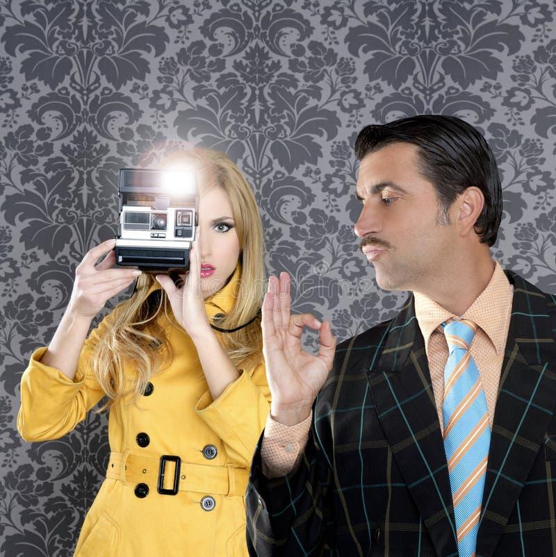Muchacha de la manera del reportero del hombre del bigote del friki foto de archivo libre de regalías