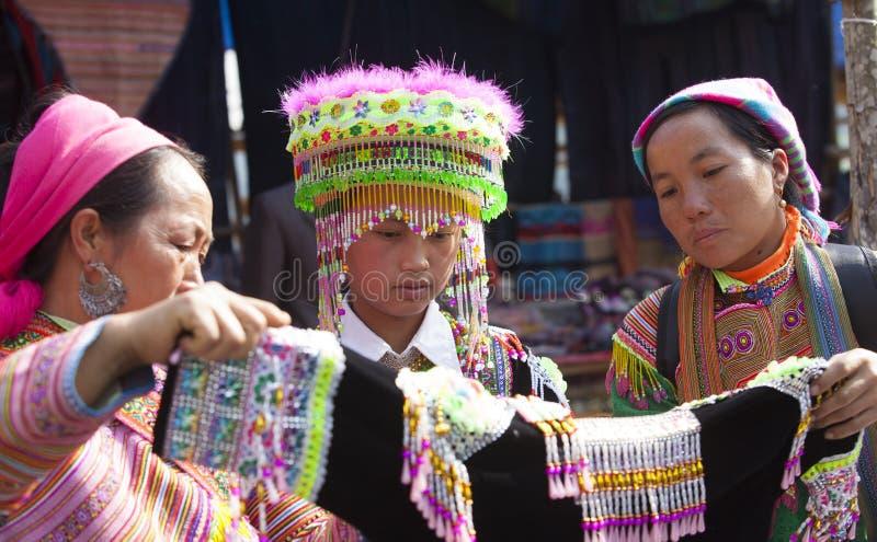 Muchacha de la minoría de Hmong del vietnamita que intenta el nuevo traje tradicional imagen de archivo