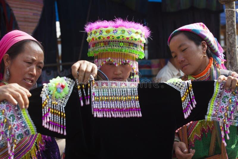 Muchacha de la minoría de Hmong del vietnamita que intenta el nuevo traje tradicional fotos de archivo libres de regalías