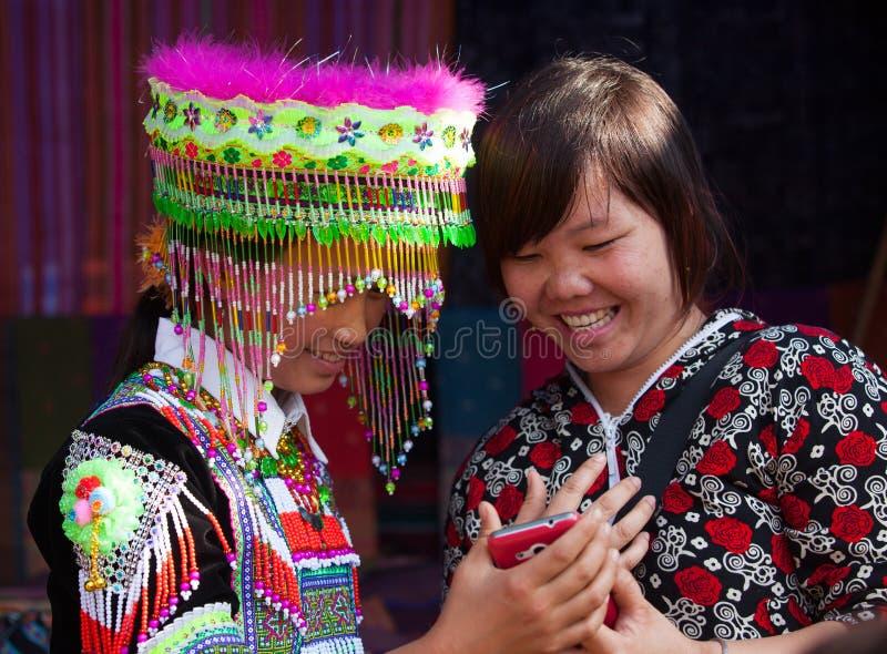 Muchacha de la minoría de Hmong del vietnamita que intenta el nuevo traje tradicional imágenes de archivo libres de regalías