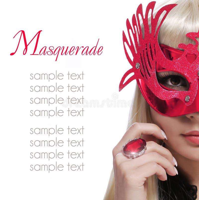 Muchacha de la moda con la máscara del carnaval y anillo rojo sobre el fondo blanco. Halloween imágenes de archivo libres de regalías
