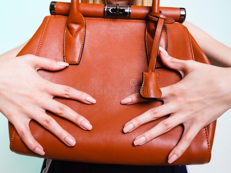 Muchacha de la moda de la mujer que sostiene el bolso marrón imágenes de archivo libres de regalías