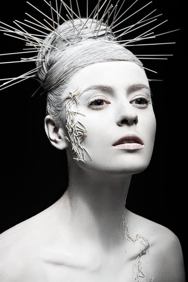Muchacha de la moda del arte con la piel blanca e inusual foto de archivo