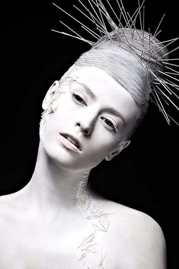 Muchacha de la moda del arte con la piel blanca e inusual fotografía de archivo