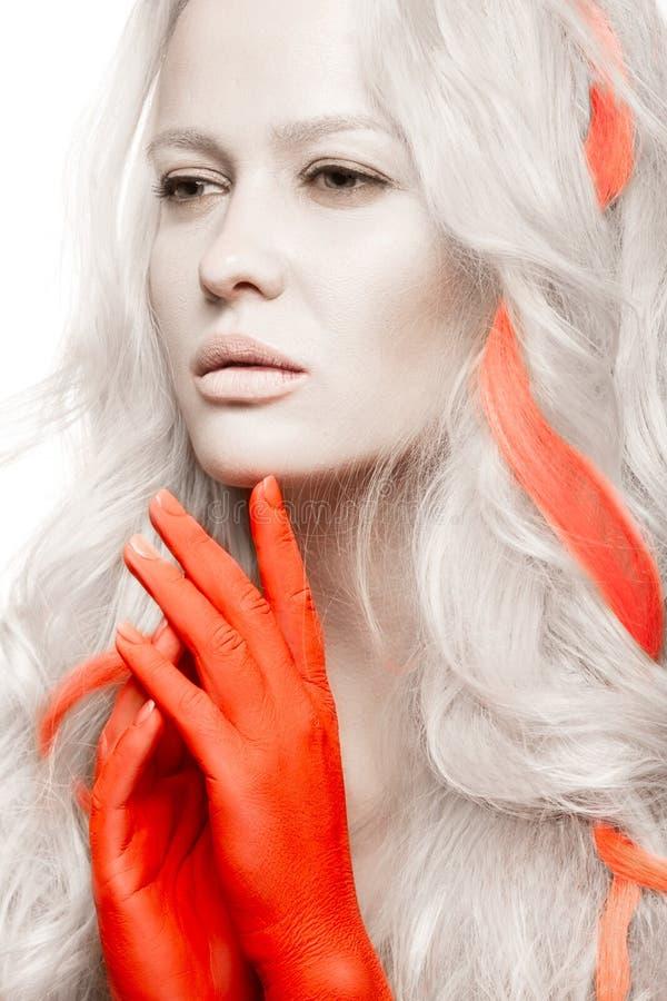Muchacha de la moda del arte con la piel blanca en la forma de albinos, de brazos rojos y de pelo de la cerradura Imagen creativa imágenes de archivo libres de regalías