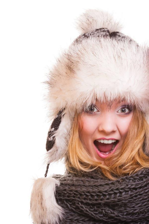 Muchacha de la moda del invierno en el sombrero de piel que hace la diversión aislada imágenes de archivo libres de regalías