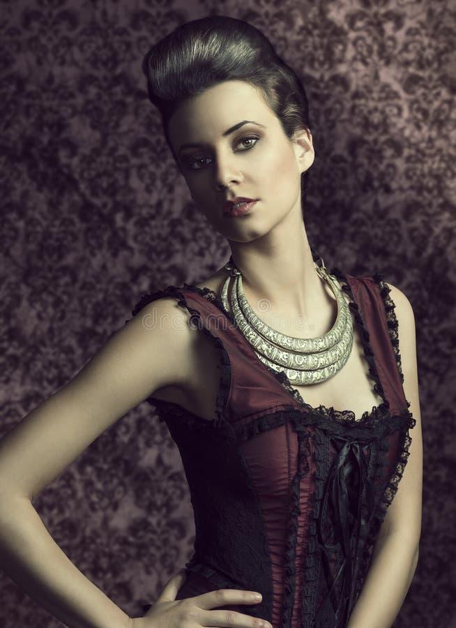 Muchacha de la moda del vintage con estilo de pelo fotos de archivo
