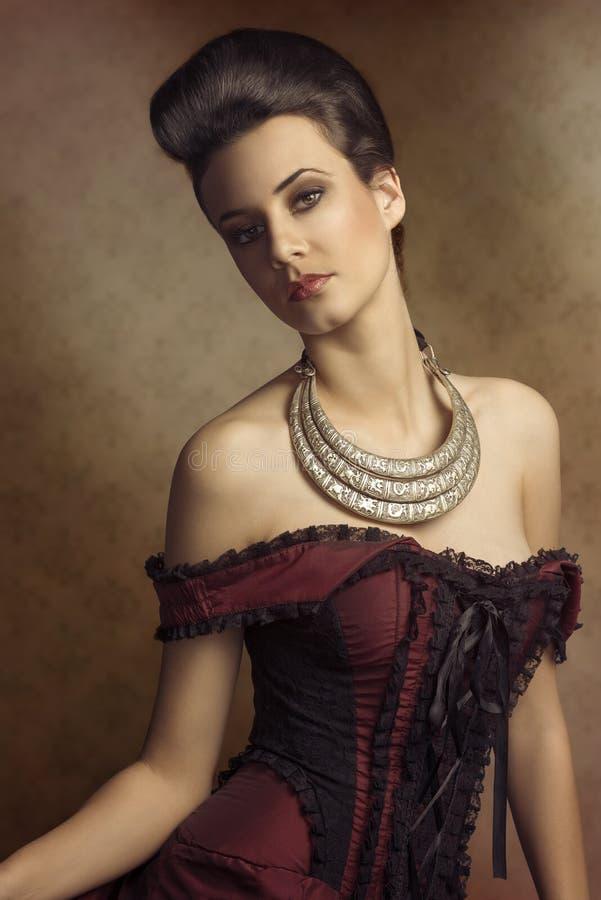 Muchacha de la moda del vintage con estilo de pelo imagenes de archivo