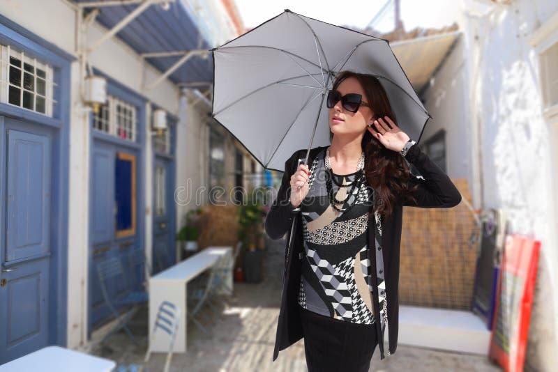 Muchacha de la moda en la isla de Grecia imagen de archivo